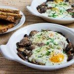 Запеченные яйца с грибами и пармезаном